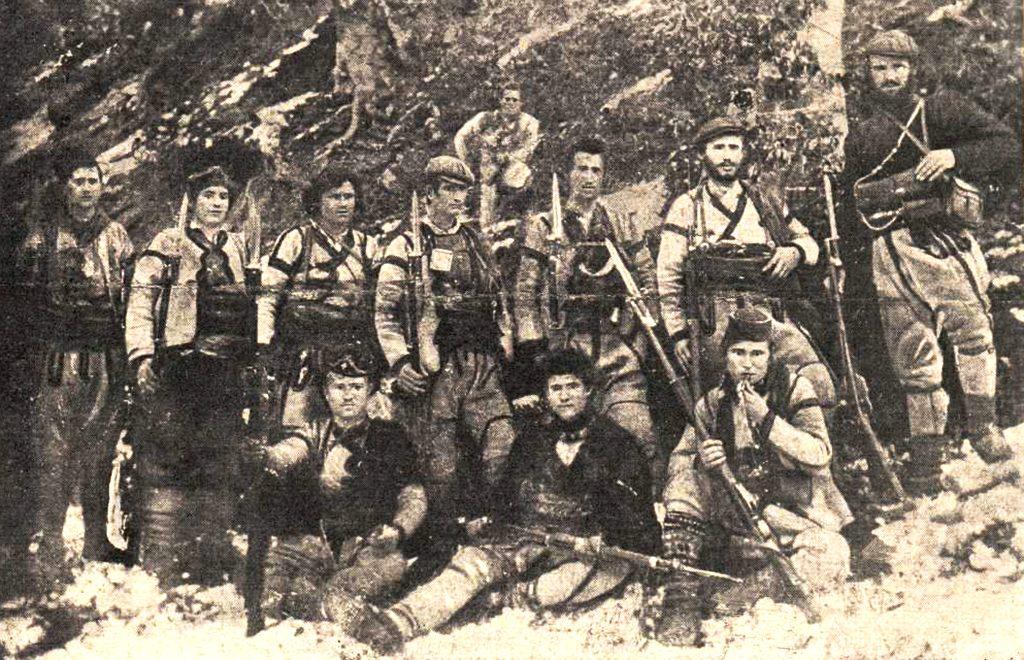 Ѓорѓи Ацев (прв десно) со својата чета