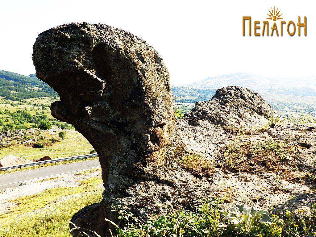 Карпа со форма на Фока над селото Штавица