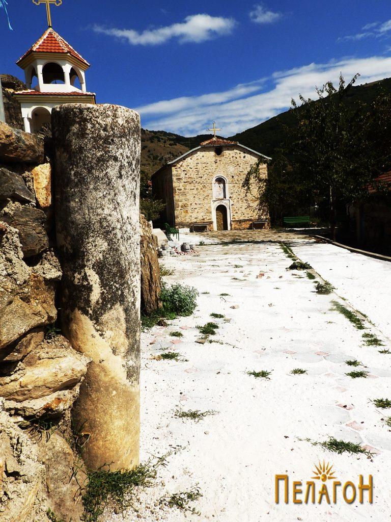 Мермерен столб пред црквата во Штавица