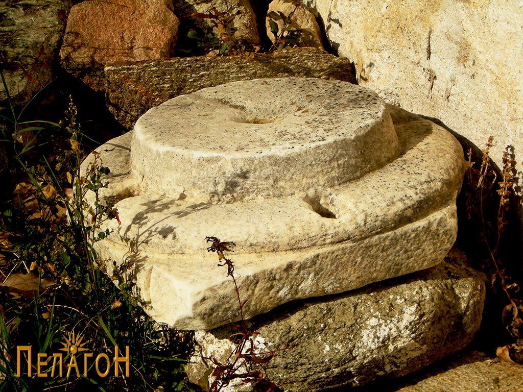 "Основа од столб - мермер, кај црквата ""Св. Спас"""