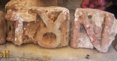 Фрагменти од керамичкиот експонат со писмени знаци 2
